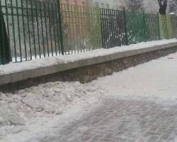 Студени училници, замрзната вода и мраз по тротоарите до училиштата