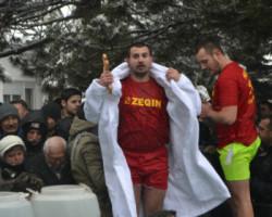 Виктор Петковски го фати светиот крст во црквата  Свети Никола во Куманово