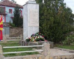 Пред бистата на паднатите пилоти се поклони Српската заедница во Македонија – фото