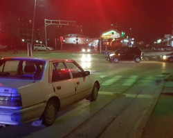 Такси возач возел во спротивна насока , удрил во автомобил кој стоел на семафор и избегал