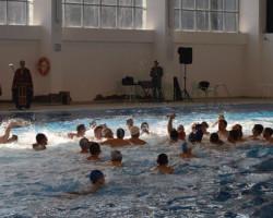 Иван Антевски кумановец кој работи и живее во Норвешка го фати светиот крст во затворениот градски базен