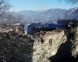 Во подметнат пожар изгореле три куќи во село М'гленце-фото-