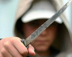 Разбојник со нож ограбил вработена во маркет