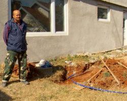 Подземна скривница попуштила и се отворила дупка  со длабочина од 6 метри  до семејна куќа  во Багрем бања
